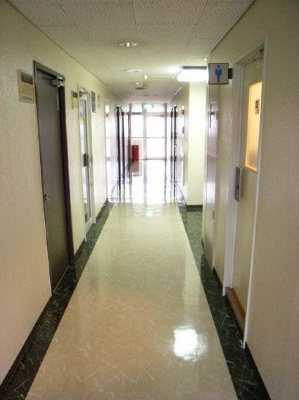 廊下も高級感ある石目調タイルです