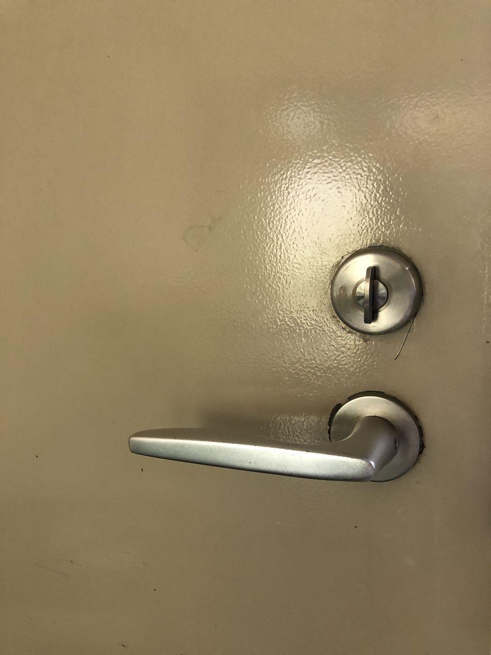 部屋の内側にあるサムターンです。鍵の開閉のときに連動します。