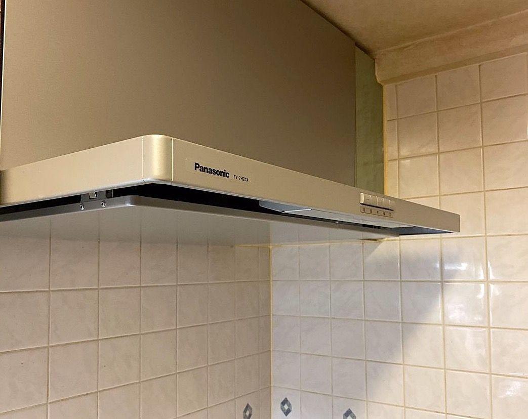 マンションのキッチン換気扇レンジフードDIY交換。富士工業のブーツ型からパナソニックのスリム型レンジフードへ交換しました。